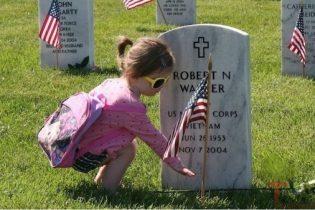 memorialday-girl-grave