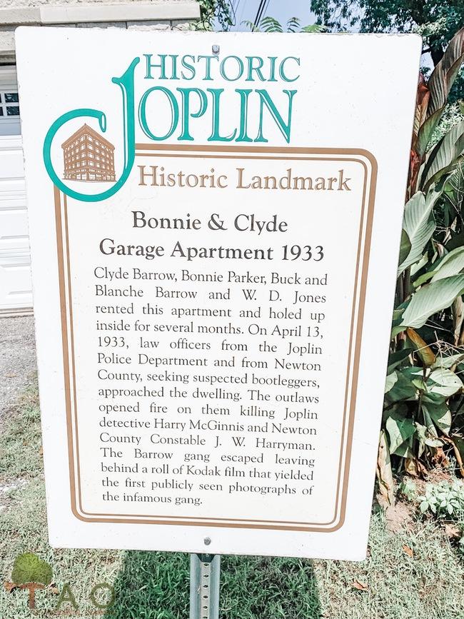 Bonnie & Clyde apt sign